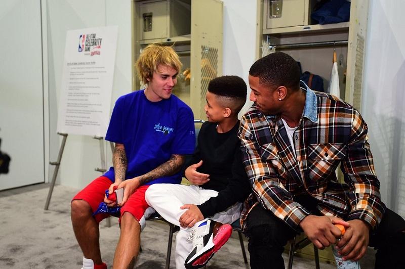 Justin, Demarjay Smith và Michael B. Jordan (ngôi sao phản diện của Black Panther) đã trò chuyện vui vẻ trong chương trình NBA All-Star Game Celebrity Game (Los Angeles, California).