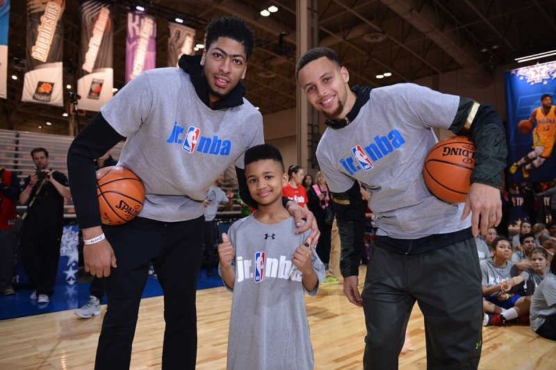 Cậu bé chụp ảnh cùng hai siêu sao bóng rổ Stephen Curry và Anthony Davis.