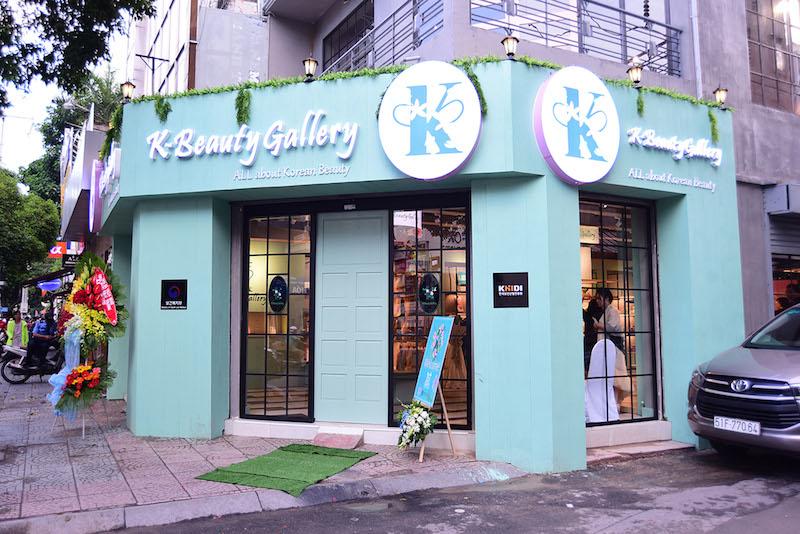 Cửa hàng K-Beauty Gallery trẻ trung, hiện đại và là điểm hẹn lý tưởng cho nhu cầu làm đẹp của các cô gái.