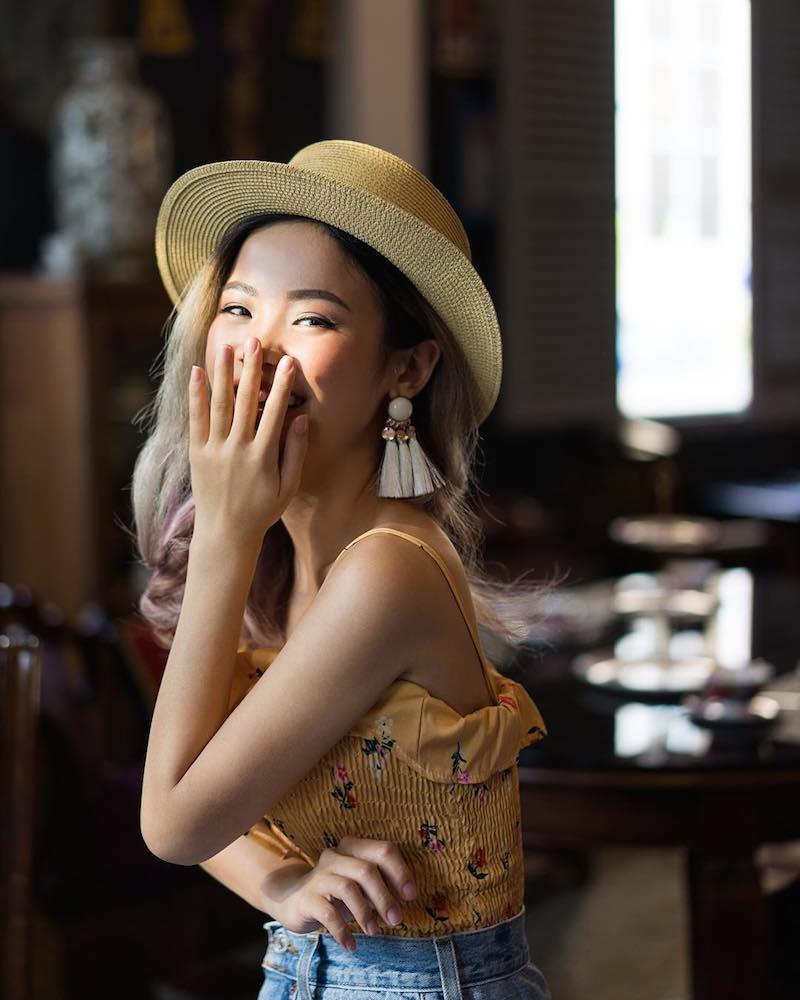Beauty blogger Ashley Văn Beauty chọn style bohemian với đôi khuyên tai Lovisa cùng áo họa tiết và mũ cói