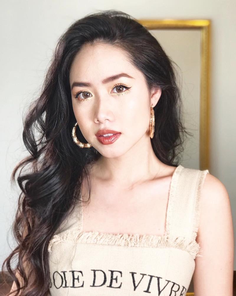 """Beauty Blogger Mina Nguyễn chọn phong cách quyến rũ và rất """"thần thái"""" trong đôi khuyên tai to bản"""
