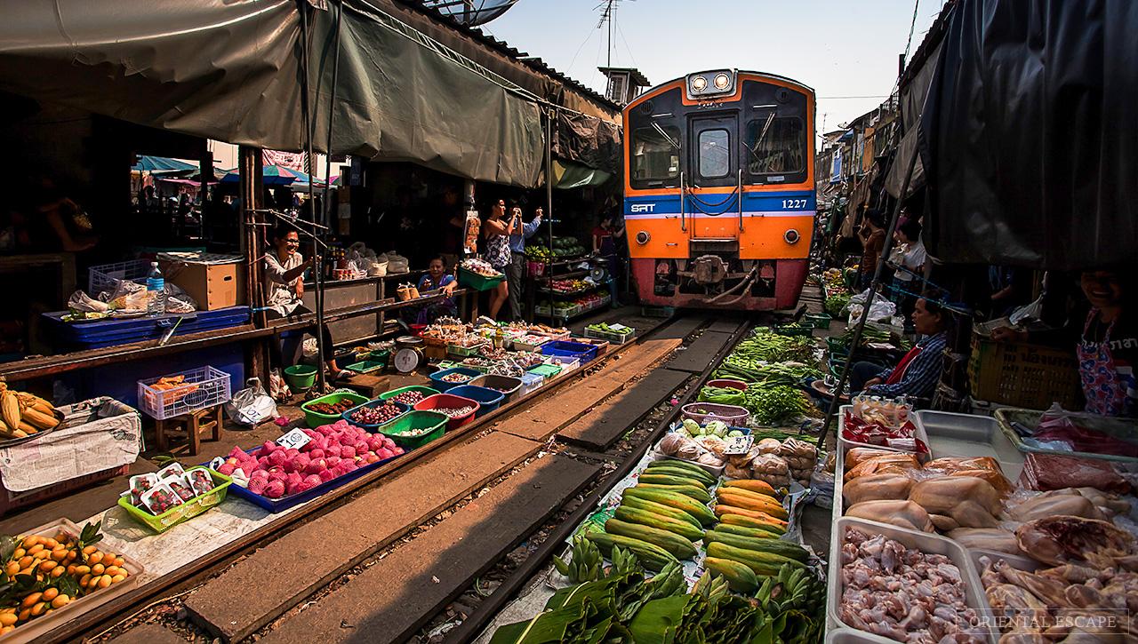 """Đi chợ """"cảm giác mạnh"""" ở Maeklong"""