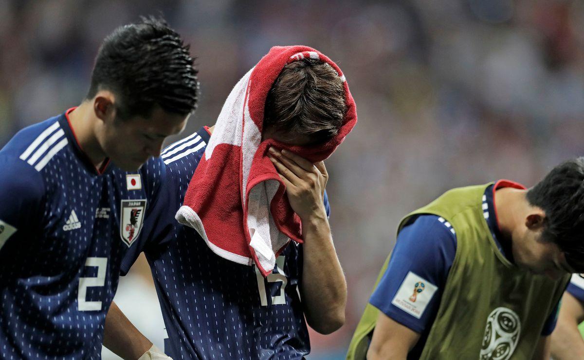 Đôi Nhật Bản đang cúi đầu cám ơn các fan, mặc dù họ đang rât đau lòng vì thua cuộc.