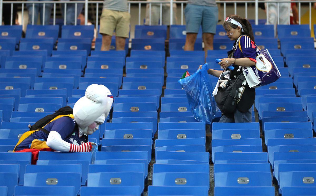 Các fan Nhật Bản đang dọn rác trước khi ra về.
