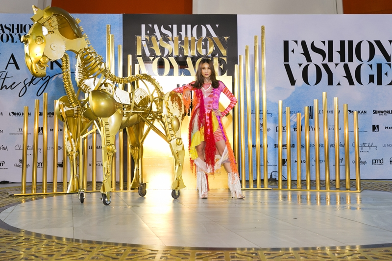 Siêu mẫu Thanh Hằng là vedette của show diễn.