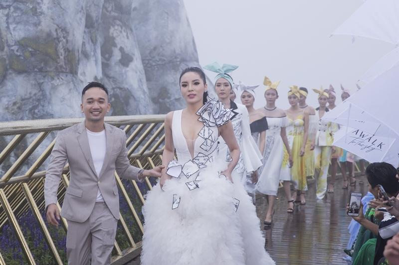 NTK Lê Ngọc Lâm cùng các người mẫu kết màn, giữa cơn mưa trắng xóa.