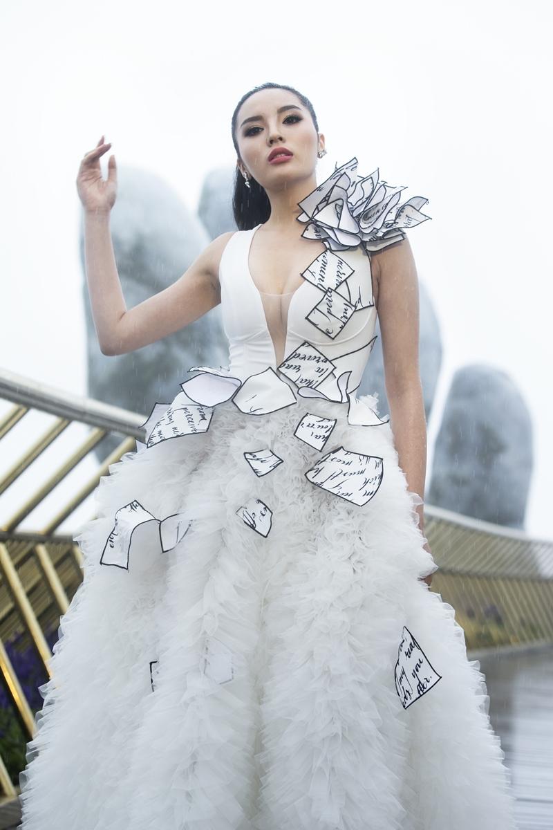 Hoa hậu Kỳ Duyên kết màn trong trang phục ẩn dụ hình ảnh những cánh thư tình được đính kết trên thân váy.