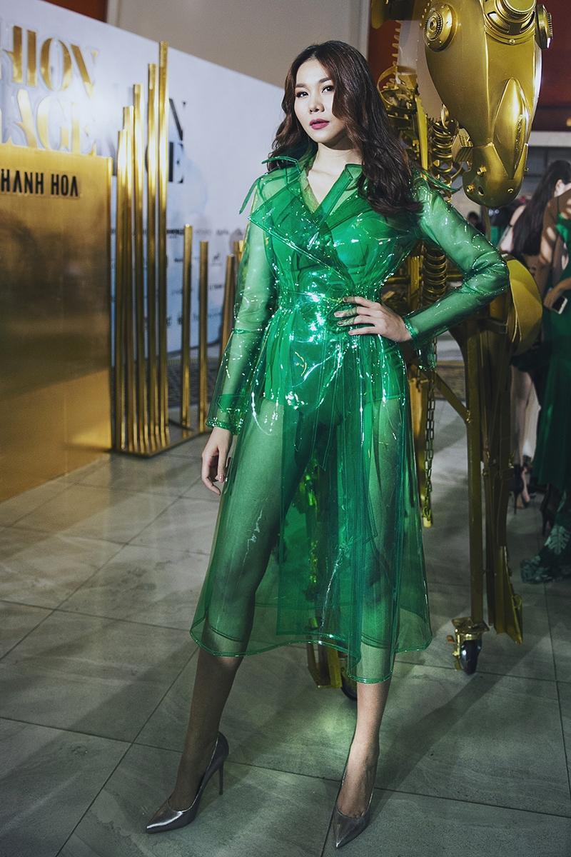 Vedette là siêu mẫu Thanh Hằng trong thiết kế được làm từ chất liệu nhựa xuyên thấu.