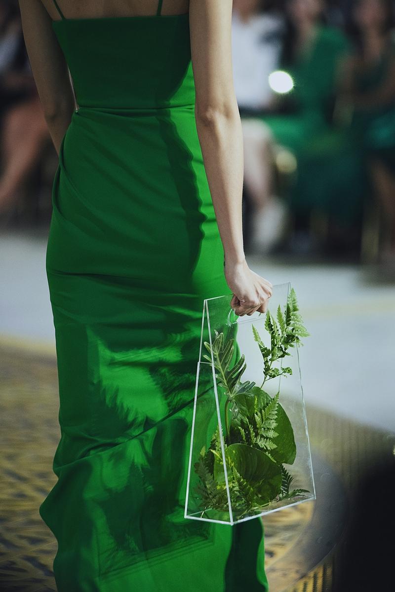 """Kiểu túi xách trong suốt gây ấn tượng trong BST """"Green Code""""."""