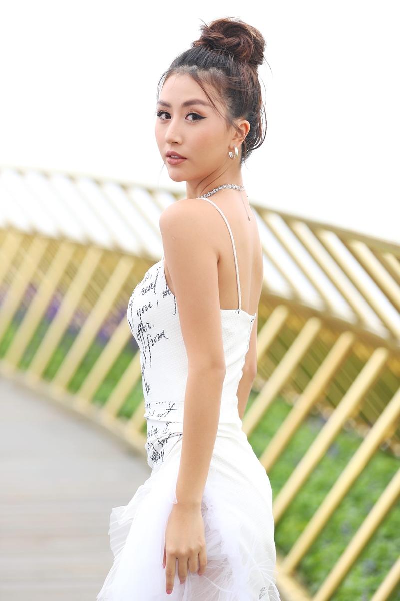 """Quỳnh Anh Shyn lần đầu xuất hiện trên sàn catwalk với vai trò mở màn cho show diễn BST """"Bức thư tình trên mây"""" của NTK Lê Ngọc Lâm."""