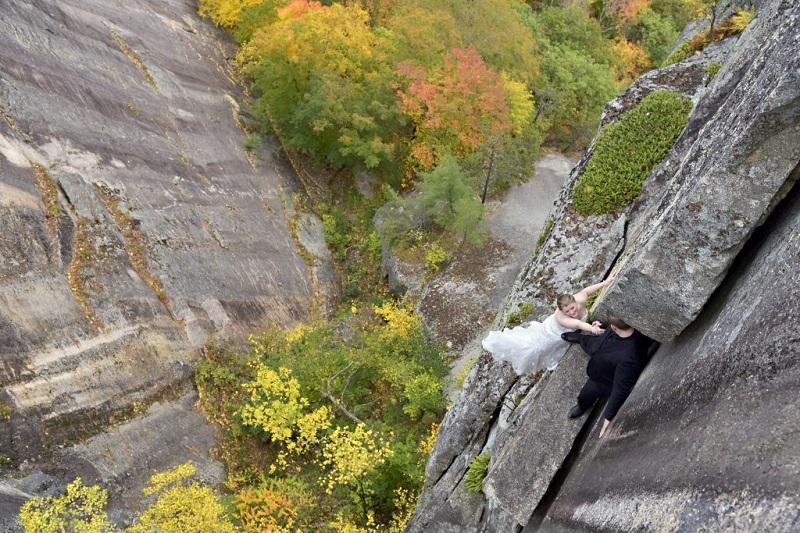 Mặc dù có sự hỗ trợ của các chuyên gia leo núi tài giỏi và thợ chụp ảnh nhiều năm kinh nghiệm chuyên chụp ở những vách đá, song cặp đôi vẫn thừa nhận họ đã đánh cược mọi thứ để có được những tấm ảnh ngoạn mục và đáng sợ này.