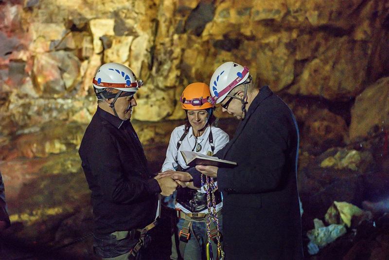 Hôn lễ diễn ra dưới lòng đất sâu 100 mét vào tháng 7 năm 2017 và buổi chụp hình cưới cách ngày cưới sau đó 2 ngày.