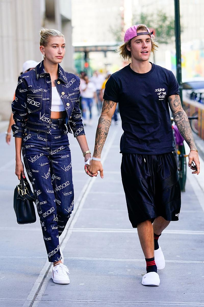 Hailey Baldwin và Justin Bieber nắm chặt tay nhau trên đường phố New York.