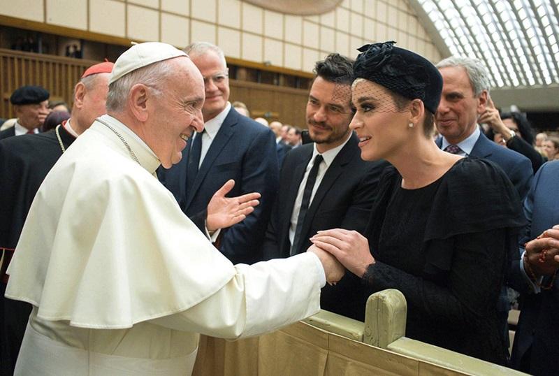 Orlando Bloom là người mà Katy Perry chọn xuất hiện cùng trong lần diện kiến Giáo hoàng Francis.