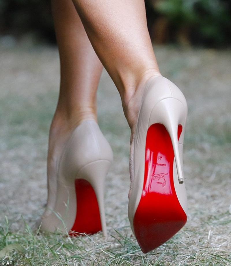 Đôi giày cao gót tông màu nude thương hiệu Louboutins của Đệ Nhất Phu nhân mang cũng có giá gần 18 triệu đồng.