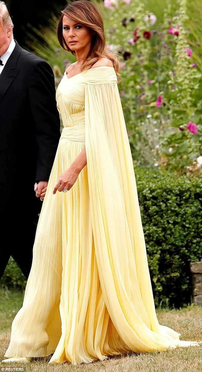 """Nhiều trang báo còn ví von chiếc váy vàng khiến Đệ Nhất Phu nhân như nàng Belle bước ra từ truyện cổ tích """"Beauty and The Beast"""". Được biết, bộ váy này được NTK người Pháp J. Mendel thiết kế cho riêng bà."""