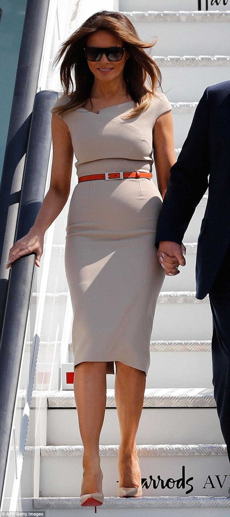 Thiết kế mà bà Trump diện là một bộ đầm liền của nhà mốt Roland Mouret trị giá khoảng 1400 USD (tương đương 31 triệu đồng).