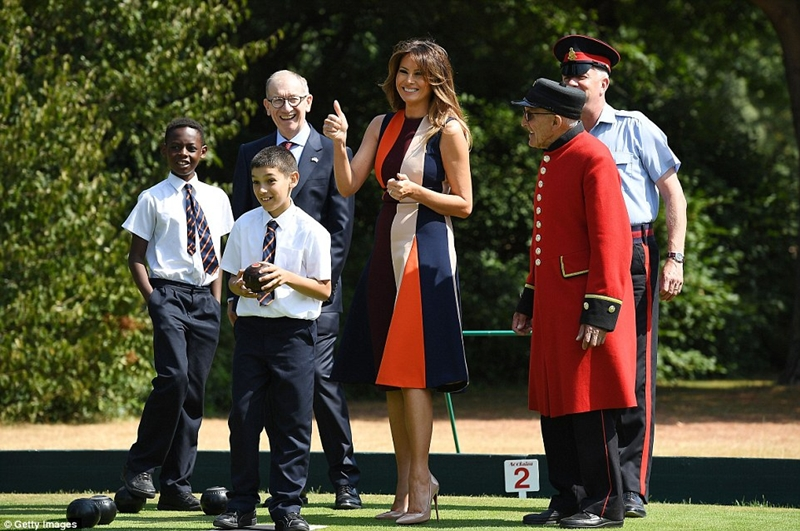 Sau khi rời khỏi sân bay, bà Trump đã có mặt tại bệnh viện Hoàng gia Anh, để tham gia một số hoạt động ngoài trời cùng các bé học sinh tại địa phương và những người đã nghỉ hưu.