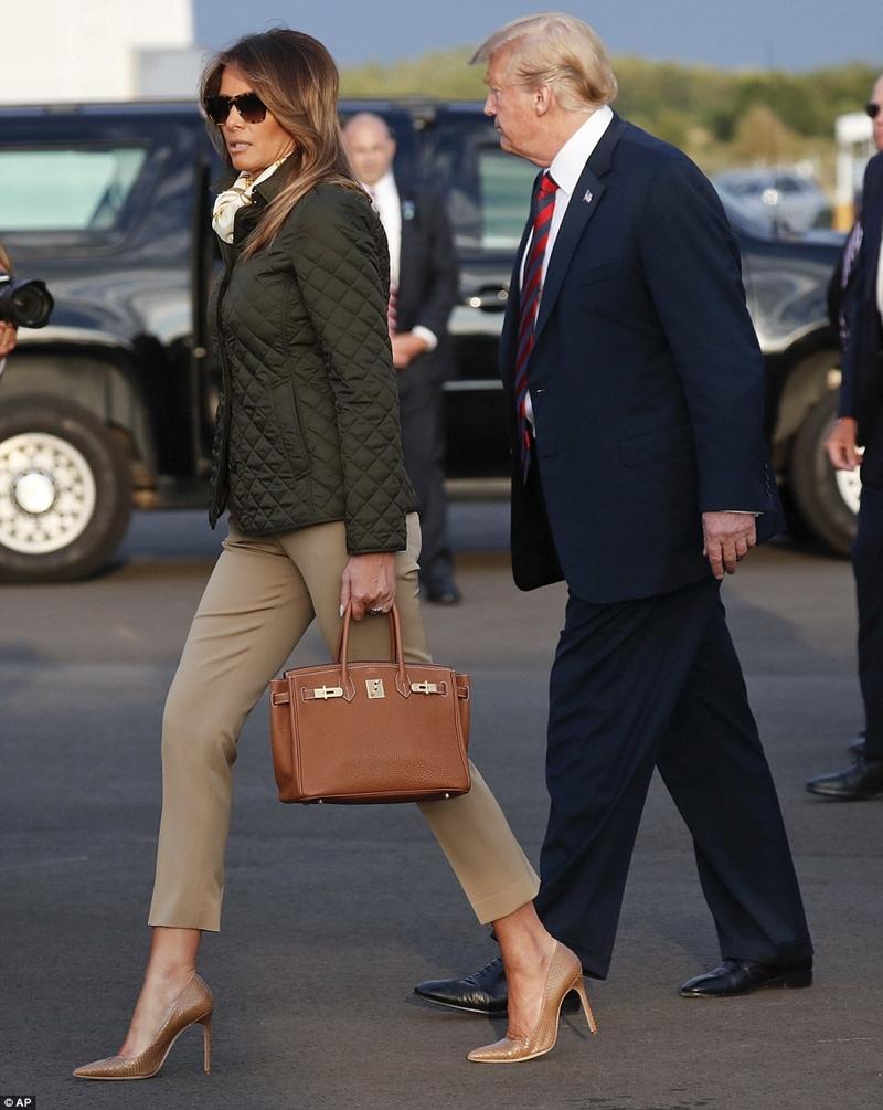 Phụ kiện đi kèm mà bà lựa chọn chính là một chiếc túi xách Hermes Birkin đắt đỏ, cùng cặp kính mát gọng in hoa văn da báo và 1 đôi cao gót tông màu nâu.