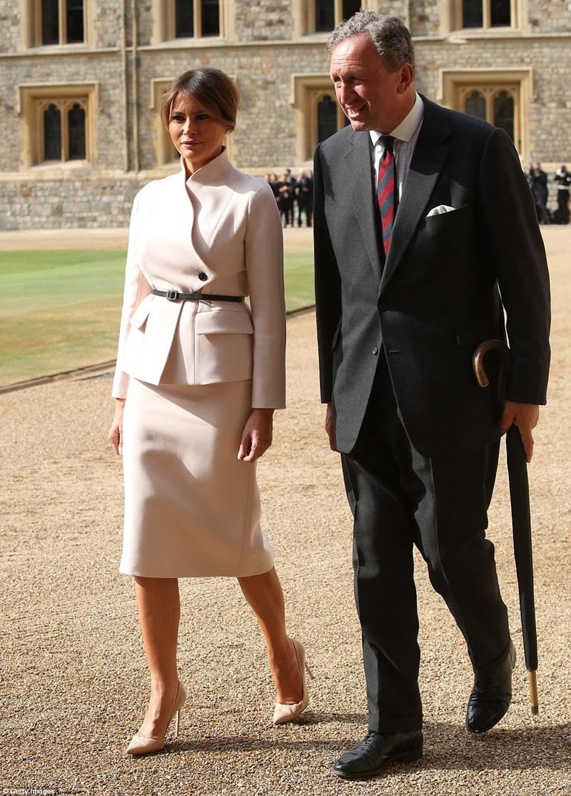 Dù thời tiết khá nóng nhưng Melania Trump vẫn tự tin diện một mẫu váy kín cổng cao tường đến từ nhà mốt nước Pháp - Christian Dior.
