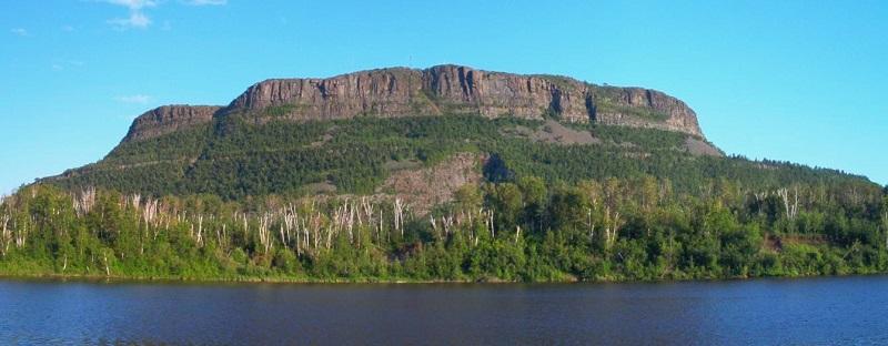 Núi McKay thuộc phía nam vịnh Thunder, cao hơn 270 mét so với hồ Superior, 442 mét so với mực nước biển và đỉnh núi cao đến 483 mét. Là ngọn núi cao nhất và nổi tiếng nhất của dãy núi Nor'Wester.