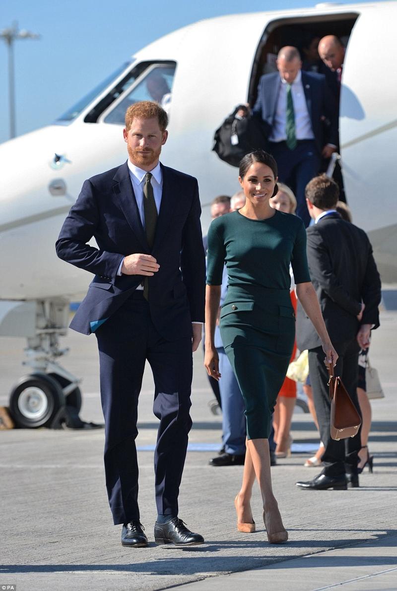 Và nhanh chóng xuất hiện với thần thái rạng rỡ, sánh bước cùng Hoàng tử Harry trong chuyến công du đến nước Cộng hòa Ireland.