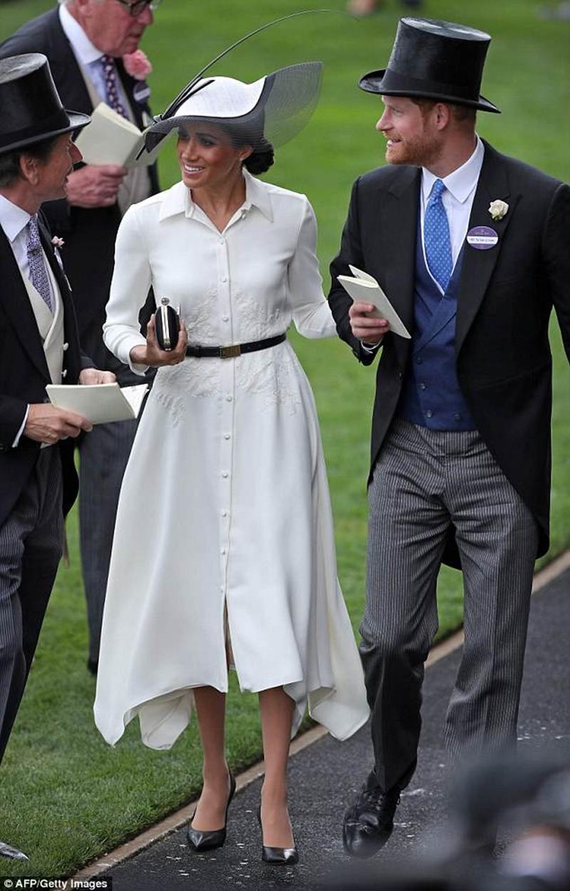 Sự cân bằng trang phục cũng được công nương tuân thủ khi diện trang phục. Nếu phần trên đã ôm sát thì phần dưới phải có phom dáng xòe rộng, phóng khoáng và ngược lại.
