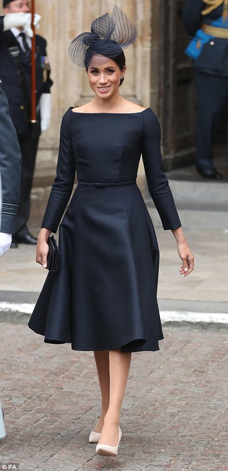 Ngay sau đó, công nương tiếp tục thay một bộ váy màu đen tuyền sang trọng, kết hợp mũ lưới được thiết kế bởi Stephen Jones, khi đến dự lễ kỉ niệm 100 năm Không quân Hoàng gia ở cung điện Buckingham.