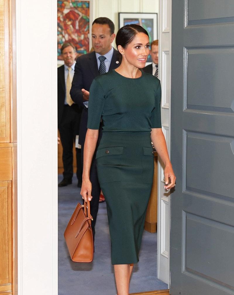 Meghan chọn mẫu váy xanh ngọc lục bảo khi xuất hiện tại Dublin (CH Ireland) và gặp gỡ Thủ tướng Ireland Leo Varadkar.