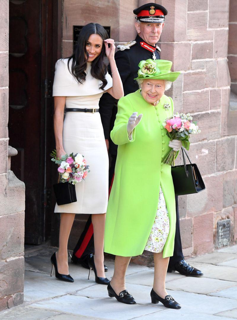 Đặc biệt, Meghan Markle còn chiếm được nhiều cảm tình từ công chúng khi có sự khiêm nhường khi xuất hiện cạnh Nữ hoàng, cô luôn chọn tông màu nhẹ nhàng và kiểu trang phục đơn giản, để Nữ hoàng trở nên nổi bật hơn.