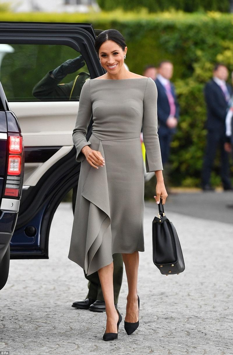 Theo tờ Daily Mail, bộ váy của công nương lựa chọn là của NTK Roland Mouret thiết kế riêng cho cô.