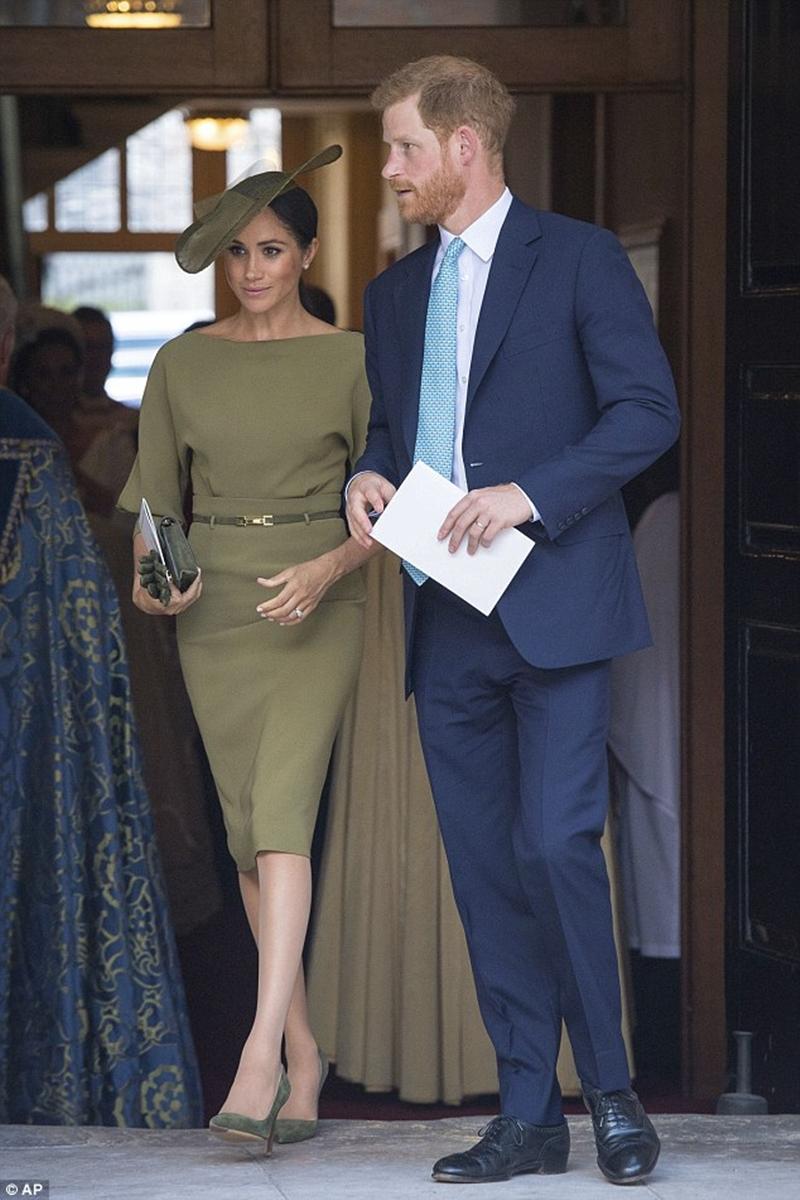 Với bộ cánh đầu tiên khi Meghan Markle cùng Hoàng tử Harry tham dự buổi Lễ rửa tội của Hoàng tử Louis. Cô đã mặc bộ váy liền của thương hiệu Raph Lauren với màu xanh ô liu dịu dàng tôn lên nước da bánh mật, cùng phần cắt ngang vai tạo sự quyến rũ vừa phải và chiếc nón lệch quý phái.