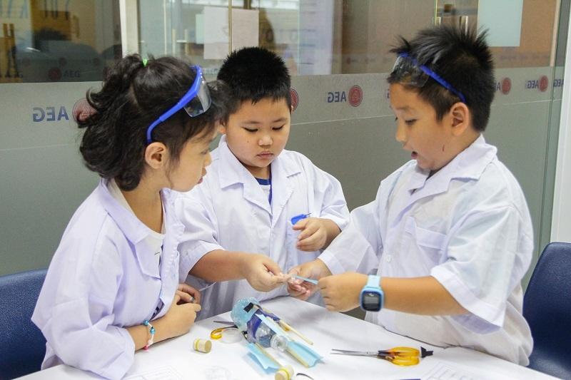 Bên cạnh đó, các học sinh cũng được khuyến khích sử dụng sự sáng tạo, tư duy phản biện, kỹ năng làm việc nhómđể tìm ra giải pháp cho các vấn đề; ứng dụng tốt kiến thức, kinh nghiệm trong các bài học về những ngành nghề thuộc STEM để đưa vào thực tế.