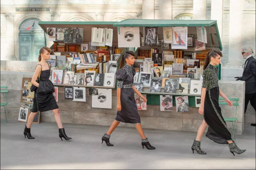 Những sạp báo, bán tranh ảnh và bưu thiếp là hình ảnh quen thuộc gắn liền với con đường chạy dọc sông Seine ở Paris.