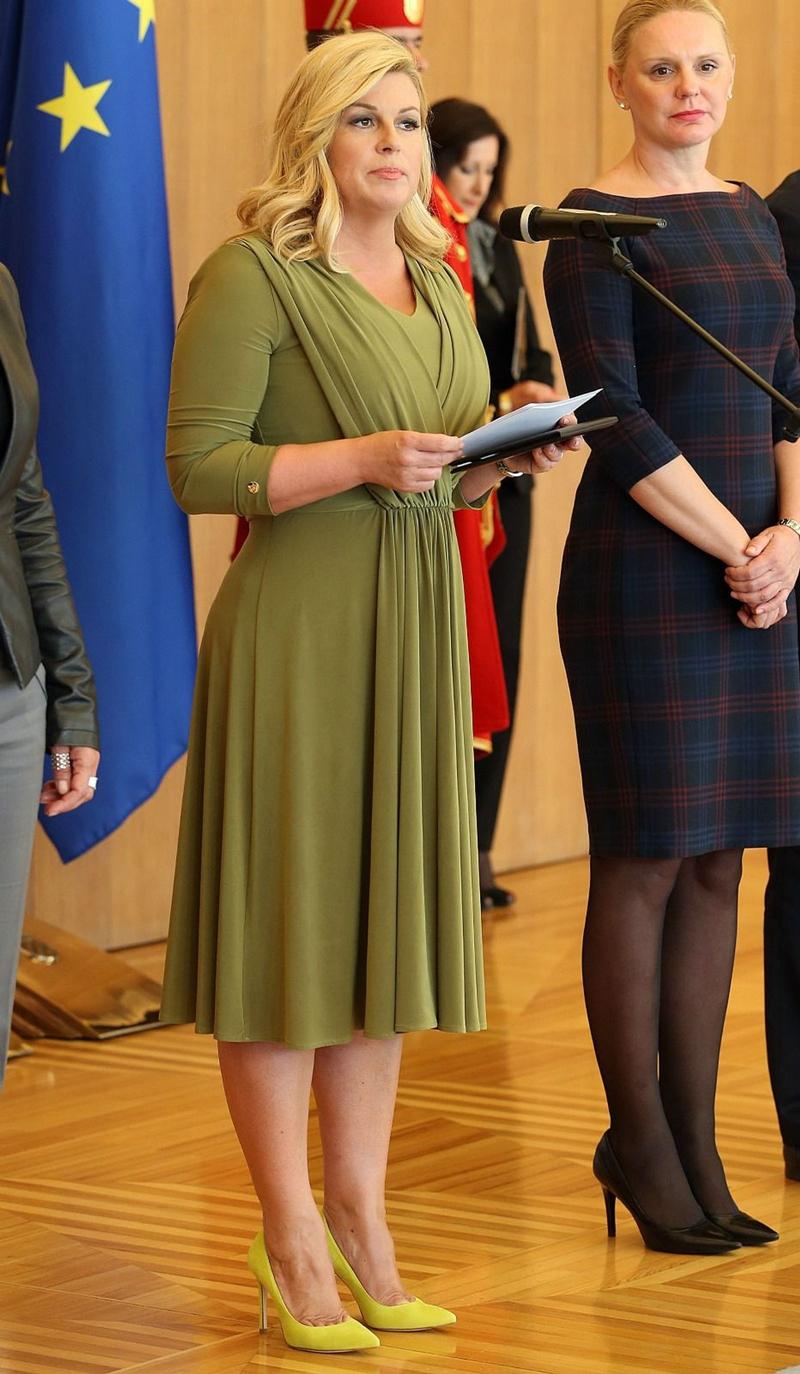 """Và tất nhiên, nếu các cô gái có thân hình to muốn thon gọn khi mặc váy có tùng xòe thì tông màu đơn sắc vẫn là """"thượng sách"""" nếu muốn trông thon thả như nữ Tổng thống Croatia."""