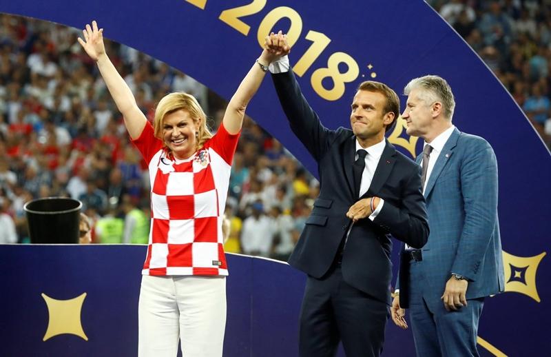 Nữ Tổng thống Kolinda Garbar-Kitarovíc trong trang phục đội tuyển Croatia tại trận Chung kết World Cup 2018.