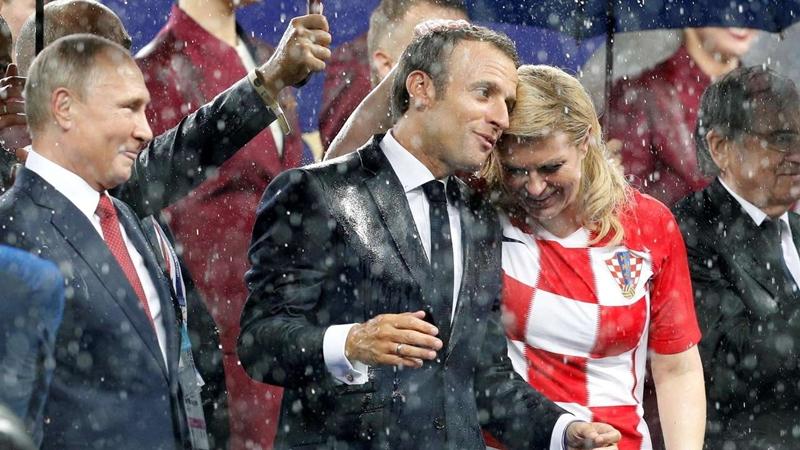 Khoảnh khắc bà Kolinda không ngại đứng dưới mưa để gặp gỡ và động viên các cầu thủ Croatia.