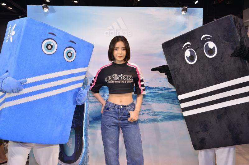 Chi Pu khỏe khoắn và gợi cảm khoe vòng eo con kiến săn chắc với áo crop-top của adidas.