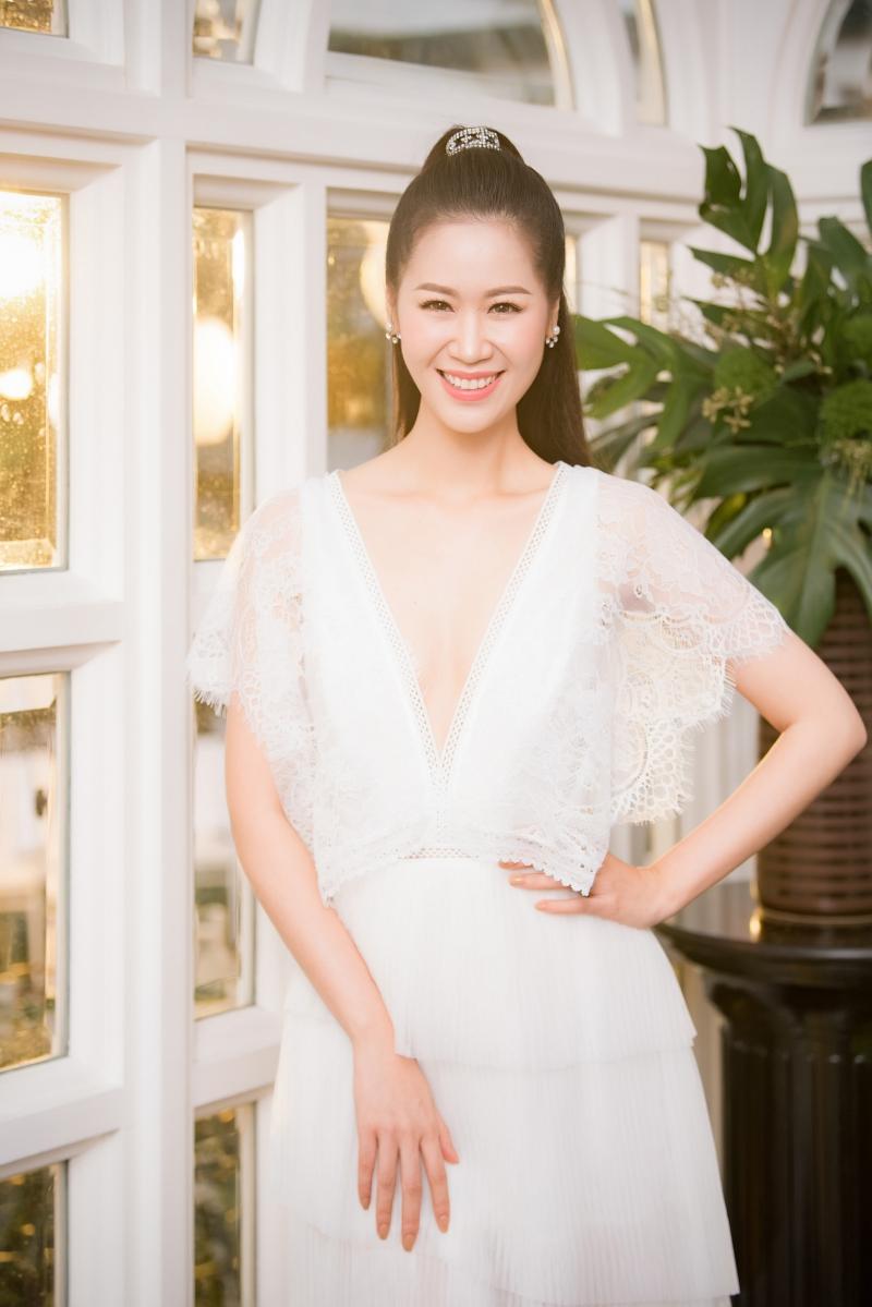 Vừa đăng quang ngôi Hậu và trở về nước, Hoa hậu Phụ nữ toàn thế giới Dương Thùy Linh khoe sắc trong thiết kế đầm có cổ khoét sâu.