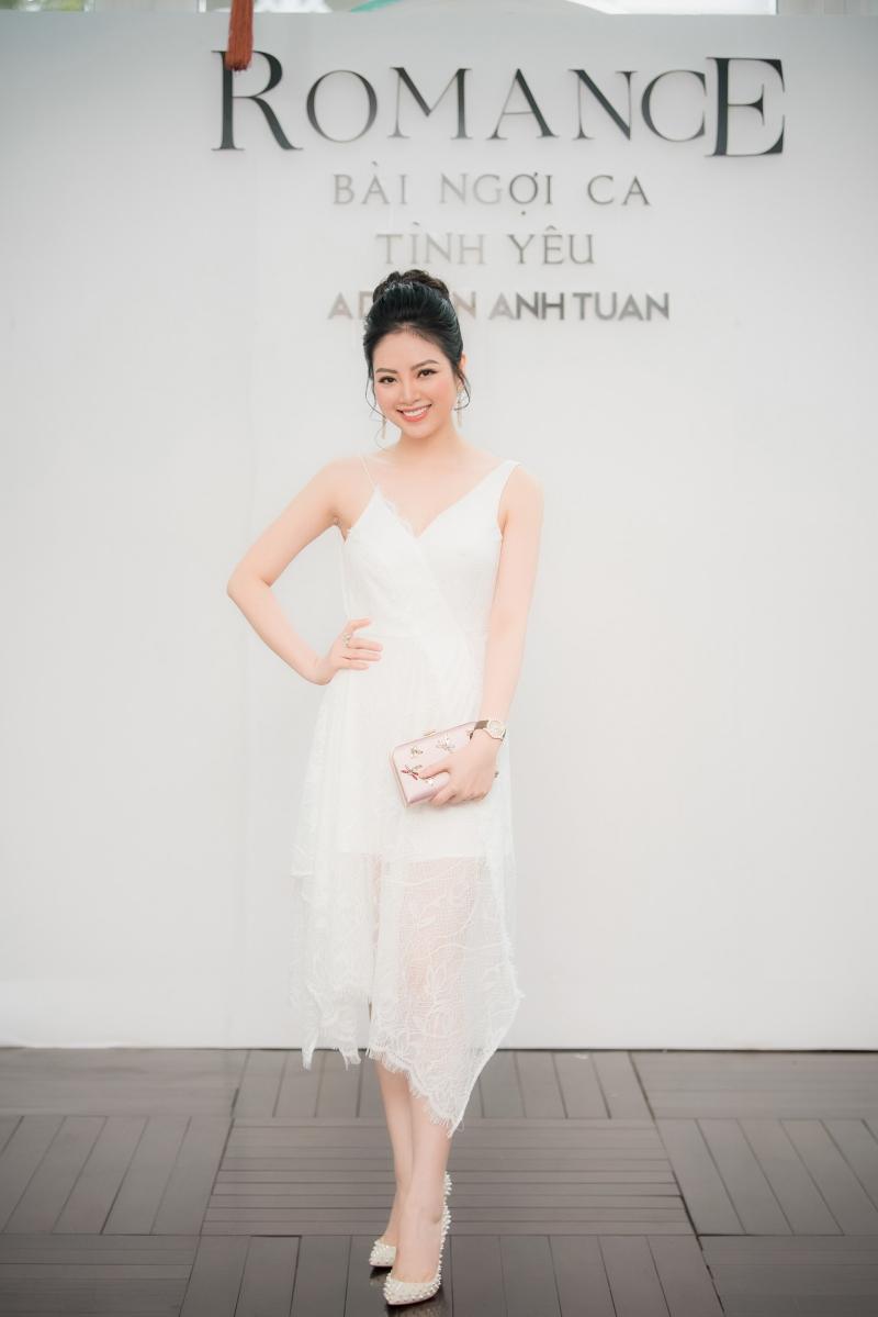 Hoa hậu Dân tộc Ngọc Anh với mái tóc vấn cao trong thiết kế đầm trẻ trung của NTK Adrian Anh Tuấn.