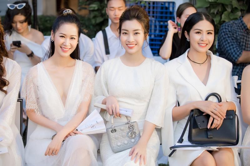 Ba nàng hậu tươi tắn ngồi trên hàng ghế đầu show diễn.