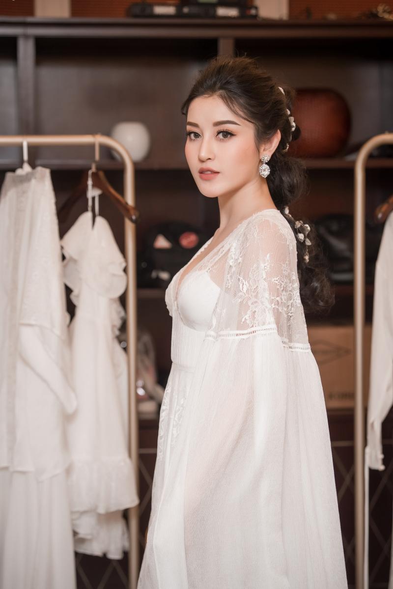 Á hậu Huyền My cũng tham gia show Pre-Fall 2018 của NTK Adrian Anh Tuấn nhưng với vai trò hoàn toàn khác.