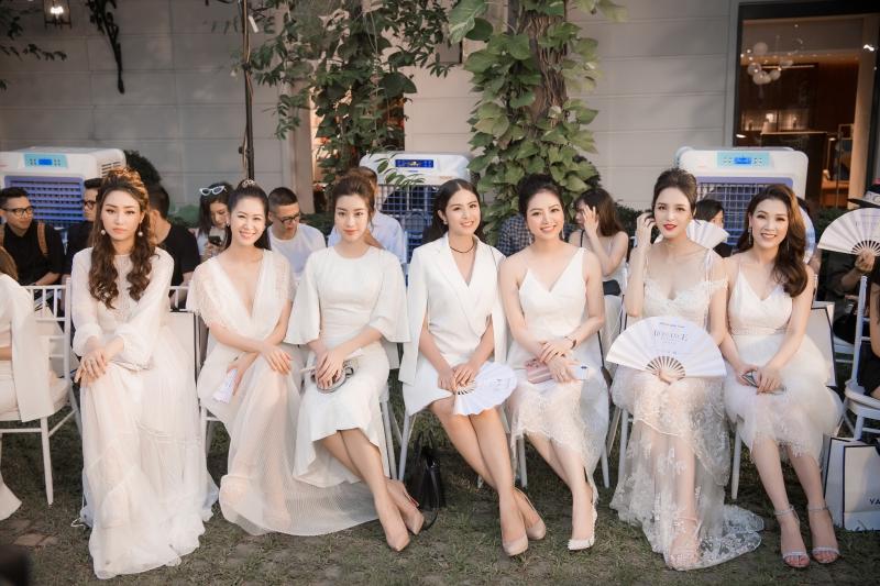 Các mỹ nhân Việt tỏa sắc trên hàng ghế đầu show diễn ra mắt BST của NTK Adrian Anh Tuấn.