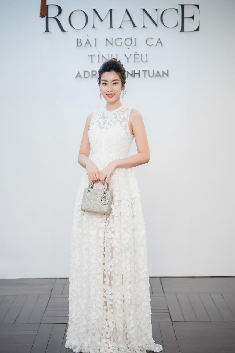 Cô phối cùng túi xách Lady Dior màu ghi xám sang trọng.