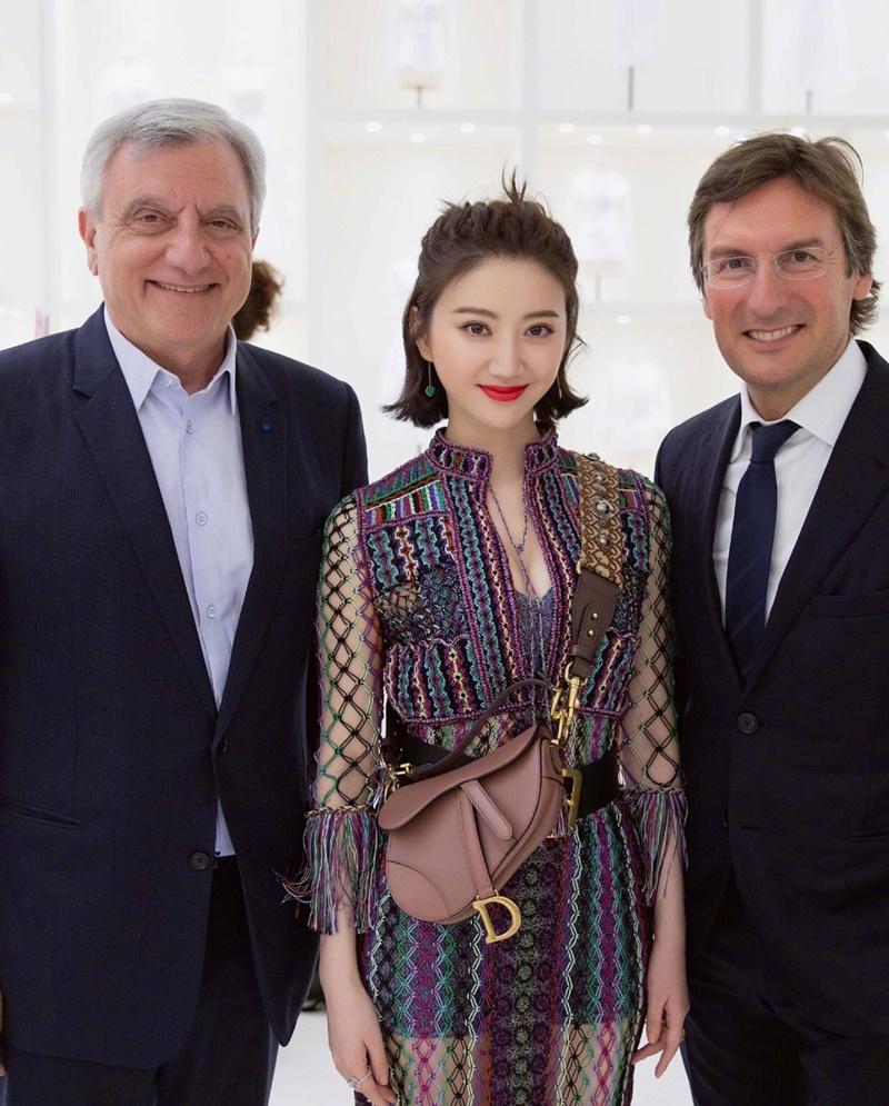 Không chỉ vậy, cô còn được vinh dự chụp hình cùng ông Sidney Toledano - CEO nhóm thương hiệu thời trang của tập đoàn LVMH (trái, cựu CEO của Dior) và ông Pietro Beccari - CEO của Dior.