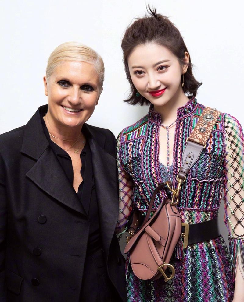 Cô chụp hình cùng NTK Maria Grazia Chiuri - Giám đốc Sáng tạo của Dior.