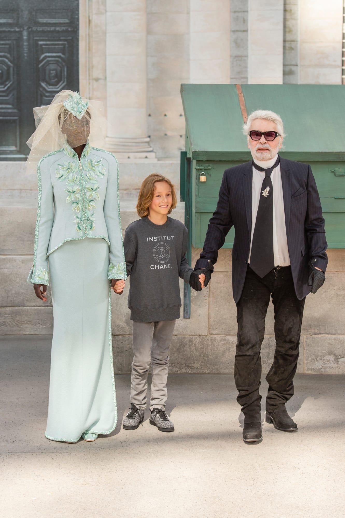 Vedette của show là người mẫu da màu Adut Akech xuất hiện cuối show cùng NTK Karl Lagerfeld và cậu bé mẫu nhí Hudson Kroenig.