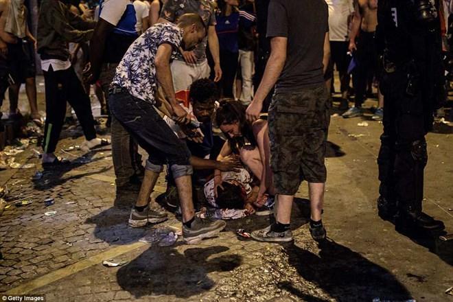 Hai cổ động viên Pháp thiệt mạng khi ăn mừng đội nhà vô địch