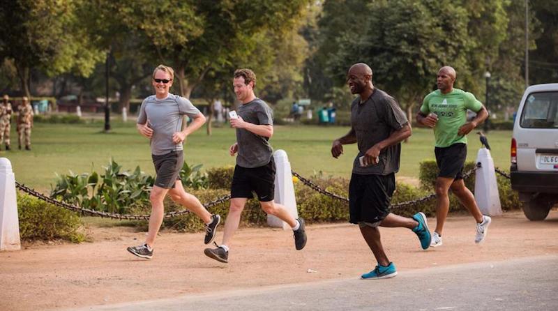 Mark Zuckerberg đang chạy bộ với những vệ sĩ trên đường.