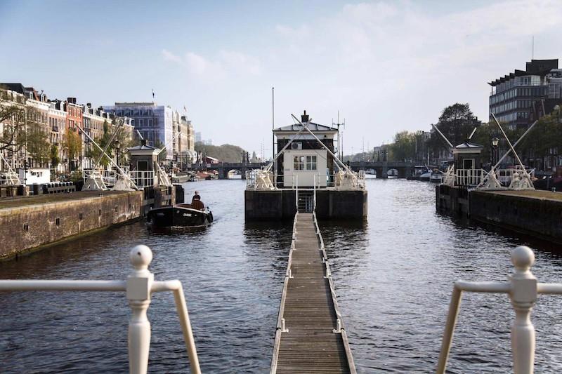 """Trải nghiệm độc đáo với """"khách sạn"""" trên mặt nước ở Amsterdam"""